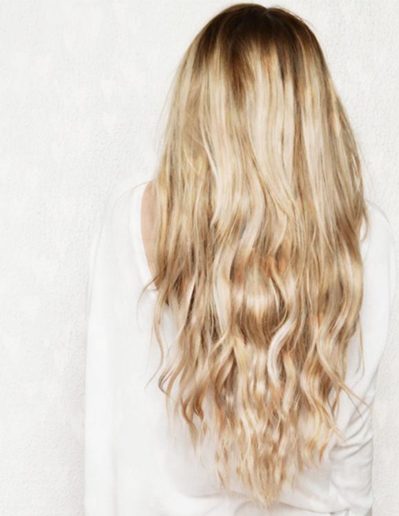 Девочка с белыми волосами со спины с